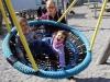 Schaukeln mit Helena (Schulhausspielplatz, 10. April)
