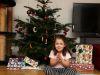 Ein fast andächtiges Kind vor dem Baum – und den Geschenken!